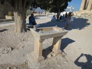 Keran air yang jadi pemuas dahaga di Akropolis yang panas menyengat
