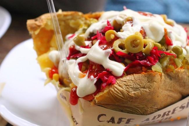 Kumpir, kentang panggang ala Turki yang banyak ditemui di Ortakoy, courtesy of http://www.fullkumpir.com/wp-content/uploads/2015/02/ortakoy2-650x433.jpg