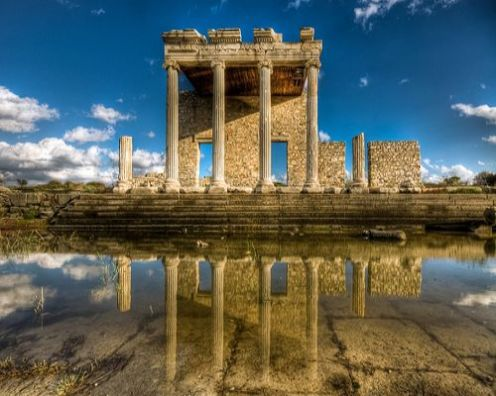 Ionic Stoa, salah satu bangunan di Sacred Way menuju Didyma dari Miletus. Courtesy of http://archaicwonder.tumblr.com/post/70959235121/the-ionic-stoa-in-the-agora-along-the-flooded
