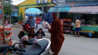 Biksu sedang memberikan berkat