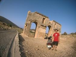 mejeng dengan gerbang romawi di Patara