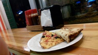 dua slice pizza seharga hanya 3 lira!