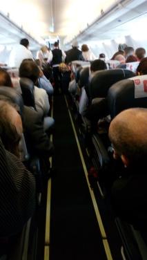 Kehebohan di dalam pesawat karena adanya penumpang yang mengalami sakit jantung.