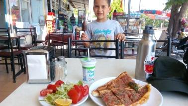 menu makan siang :Pide dengan salada dan ayran ditambah photobomb si kecil