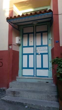 Pintu depan Lotus Garden Hostel yang sederhana