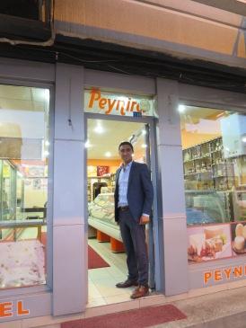 Pemilik toko keju yang narsis minta difoto