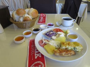 Kahvalti (sarapan) ala Kars dengan beberapa jenis keju dan madu
