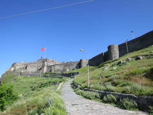 Kars Kalessi atau Benteng Kars ini berdiri menjulang di atas kota Kars.
