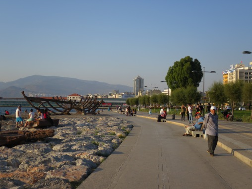 Kordon yang menjadi tempat berkumpul tua muda di Izmir