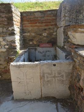 Tempat penampungan air dengan lambang salib