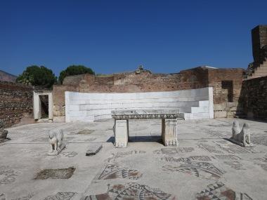 Bagian utama dari Synagoga yang diapit oleh dua patung singa