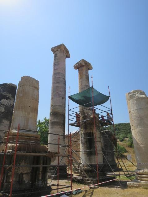 Dua tiang Ionia Kuil Artemis yang masih berdiri