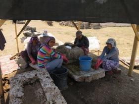 Para wanita pembersih artefak di Kuil Artemis