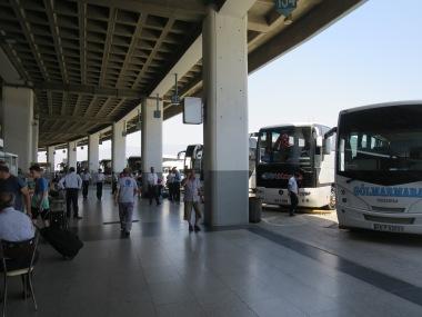 Otogar Izmir, lantai atas merupakan tempat bis menuju Sardis dan Bergama berada