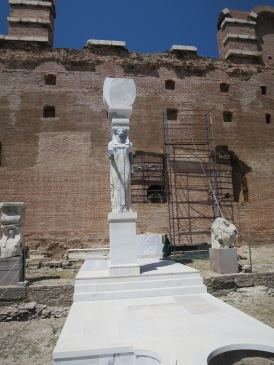 Patung dewa mesir ini dulunya menyangga bagian dalam kuil