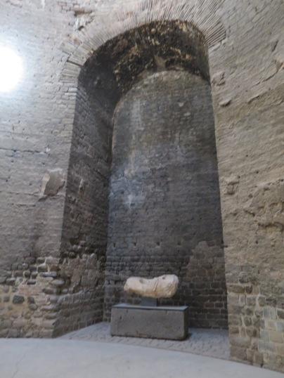 Ruang kosong di dinding ini merupakan tempat patung dewa mesir diletakkan