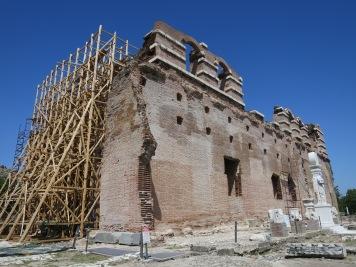 Red Basilica yang salah satu sisinya harus di topang agar tidak roboh