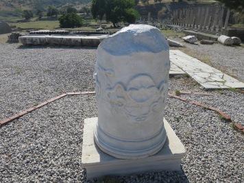 pilar berlambang ular, simbol dari dewa Asklepius