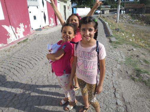 anak-anak di Bergama yang minta difoto kayak artis