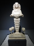 Patung Artemis, sang dewi bulan yang juga disembah sebagai dewi kesuburan. Bulatan2 di badannya tersebut adalah buah dada yang menggambarkan kesuburan sang dewi.