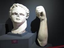 Sisa dari patung Kaisar Domitian yang dulunya terletak di kuilnya di Efesus. Patung ini aslinya setinggi 23 kaki dan sekarang hanya tersisa kepala dan satu tangannya.