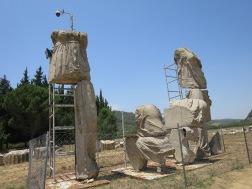 Patung Leto diapit oleh Apollo dan Artemis