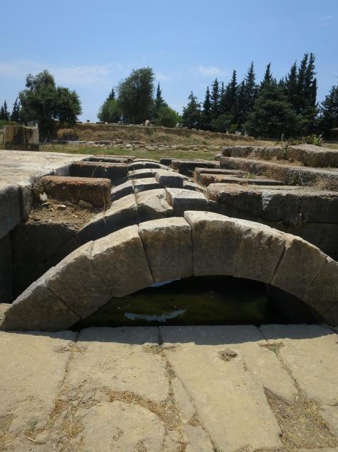 Reruntuhan Kuil Apollo yang sebagian terendam air