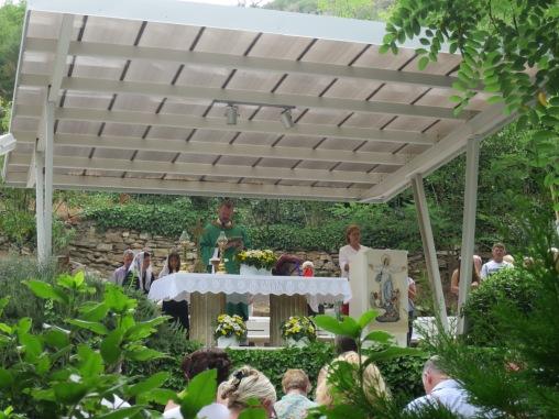 Misa Siang di samping Rumah Bunda Maria