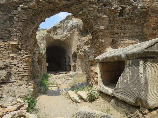 Cave of Seven Sleepers dan sarkofagus yang sudah rusak