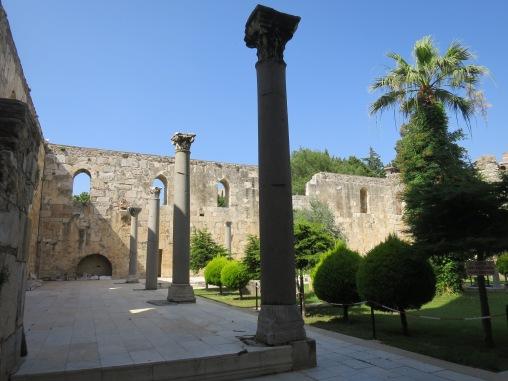 Halaman luar Mesjid Isa Bey dengan tiang-tiang Corinthians yang kemungkinan berasal dari Kuil Artemis atau Church of Saint John