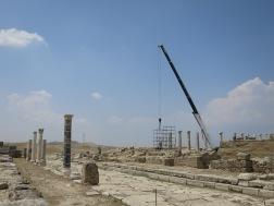 Alat berat yang sedang digunakan untuk merestorasi bangunan