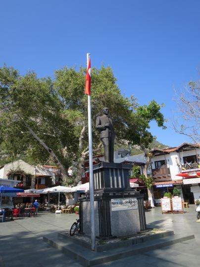Patung Ataturk di pusat kota Kas