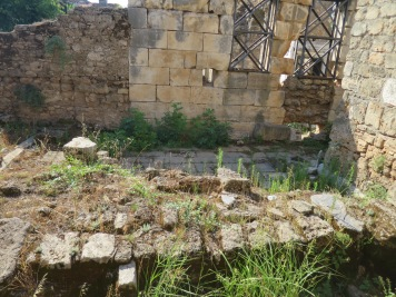 Fondasi bangunan kuil,gereja dan mesjid di satu tempat