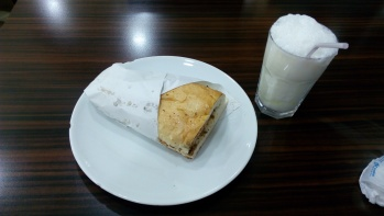 Kokorec Sandwich dan segelas Ayran
