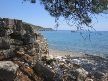 Pantai dan reruntuhan pelabuhan