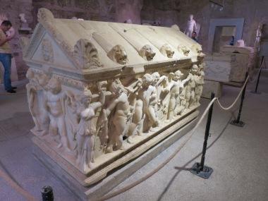 Sarkofagus marmer yang masih dalam kondisi bagus