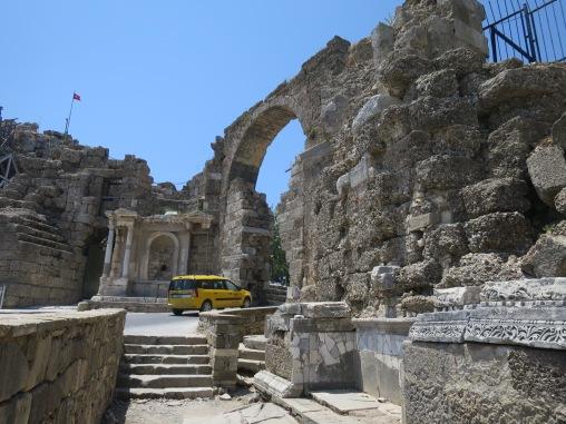 Mobil yang masuk ke gerbang romawi kuno