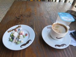 Kopi Turki di Osmali Cafe ini disajikan dengan Turkish Delight dan beberapa butir coklat dan segelas air.