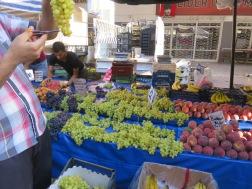 Buah-buahan segar dijual murah