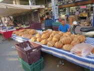 Ekmek (roti) berukuran besar dengan harga hanya 1-2 lira saja