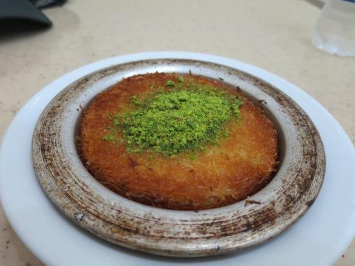 Kunefe, kudapan manis yang terbuat dari keju dan sirup dengan taburan pistachio