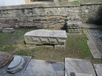 Ukiran domba di sisa bangunan gereja Theodosius