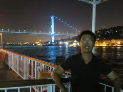 Mejeng dengan latar Bosphorus Bridge