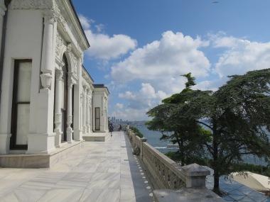 Beranda Istana yang menghadap Selat Bosphorus