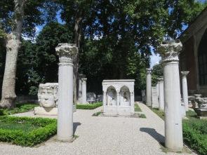 Sisa pilar2 dan bangunan di halaman luar Archeological Museum