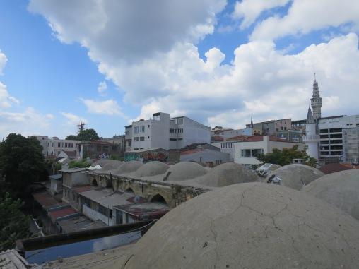 Atap Buyuk Valide Han dengan kubah-kubah kecil