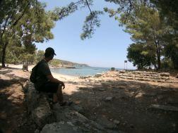 Ngaso menikmati pemandangan pantai