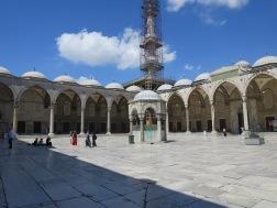 Pelataran luar Blue Mosque