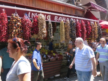 Buah-buahan kering dan rempah banyak di jual di luar Spice Market dengan harga miring