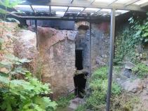 bagian istana yang diatasnya terdapat lantai kaca restoran